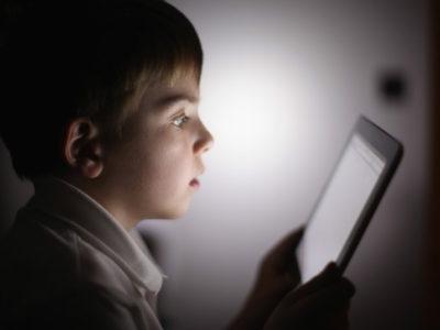 Η χρήση ηλεκτρονικών συσκευών πριν τον ύπνο προκαλεί αϋπνία στα παιδιά